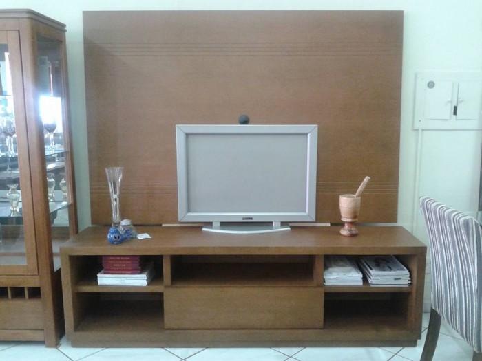 Rack de TV com painel em madeira