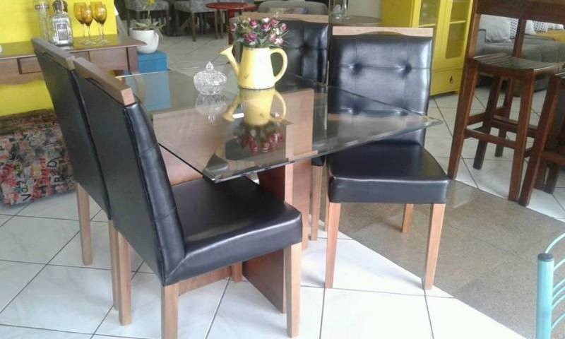 mesa-de-jantar-sala-de-jantar-quadrada-4-lugares-tampo-de-vidro-cadeiras-estofadas