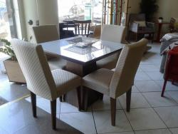 Mesa de jantar pequena com vidro 4 cadeiras estofadas