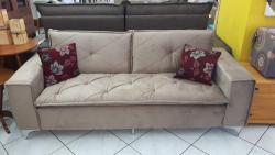 Sofá 3x2 lugares, sofá com pé de alumínio, sofá com detalhe em costura, sofá com pillow top, sofá pequeno